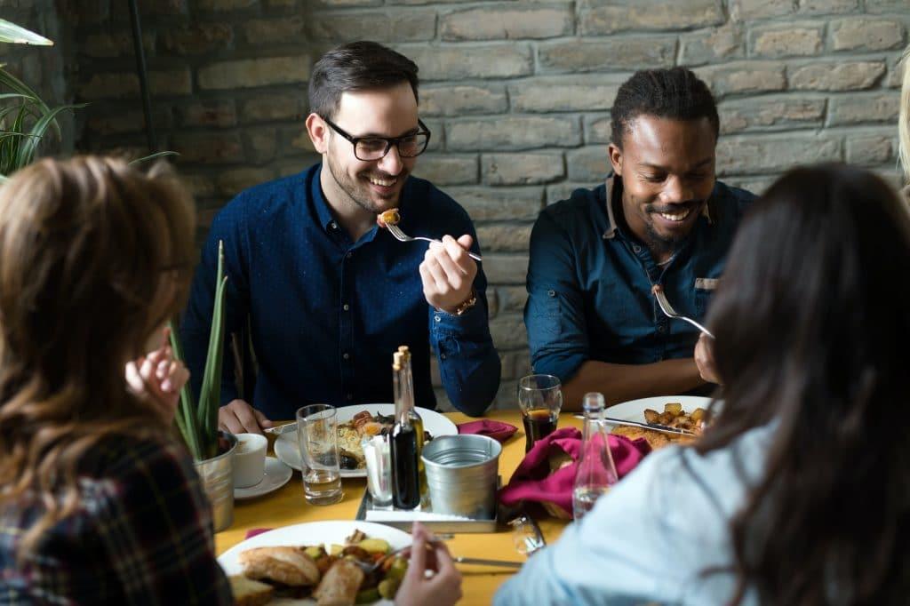 Kollegor äter på restaurang